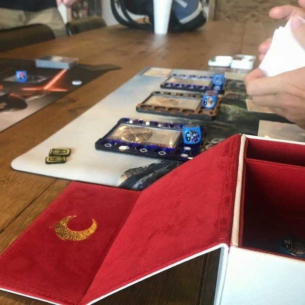 Covenant Deluxe Deckbox | Scene